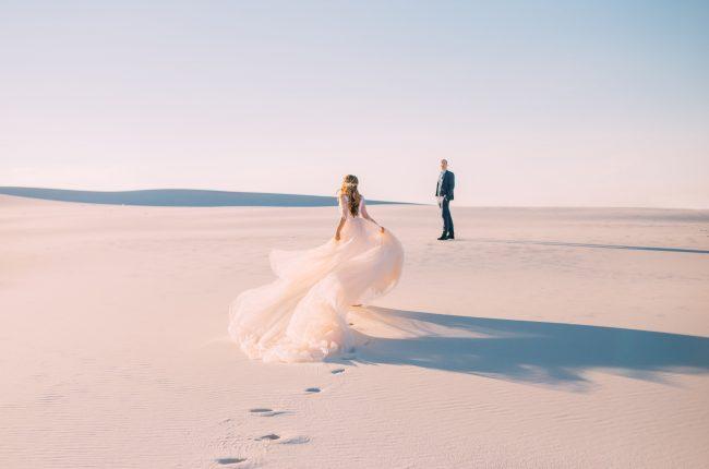 Couple de mariés sur la plage