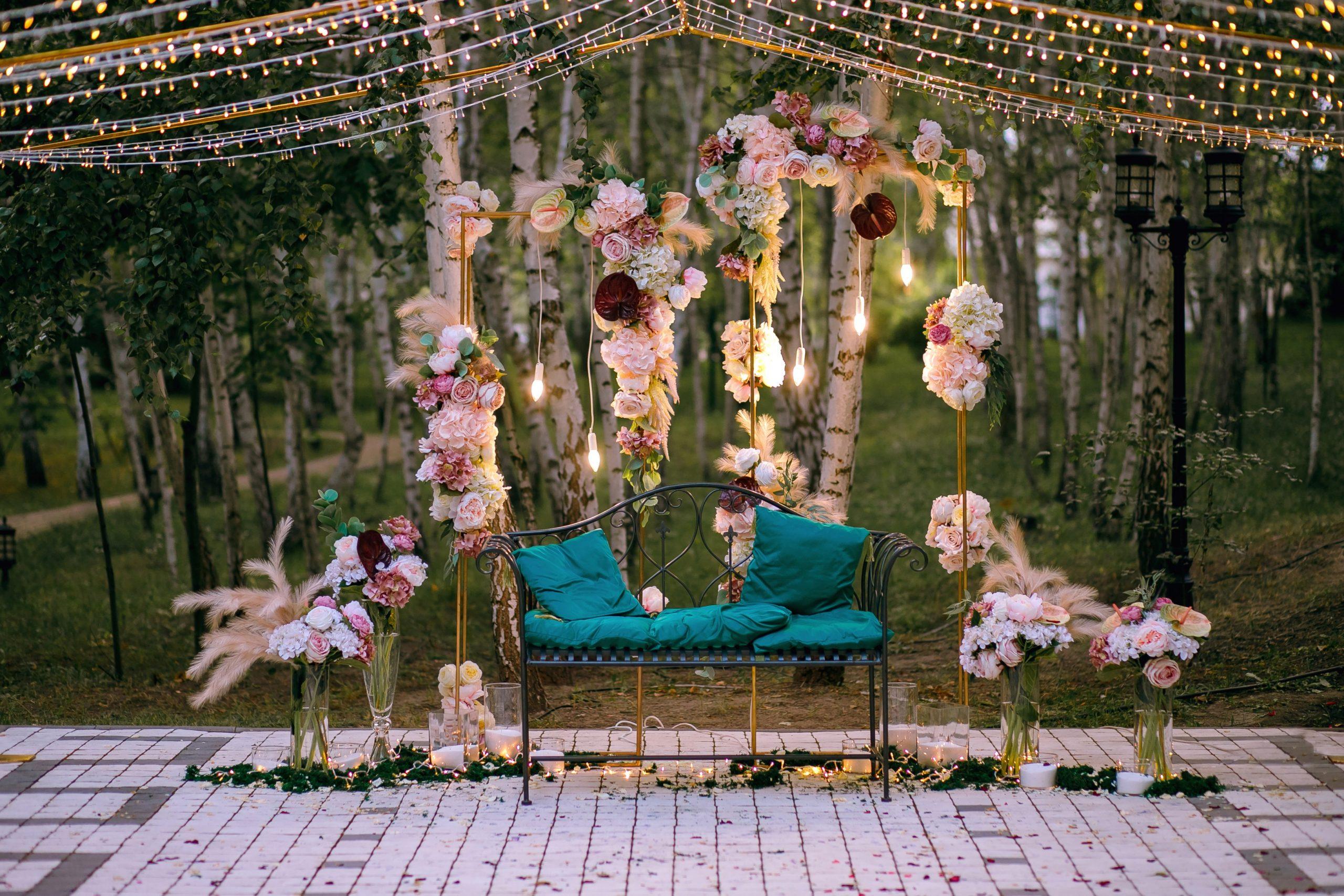 Décoration de mariage avec banc et fleurs suspendues