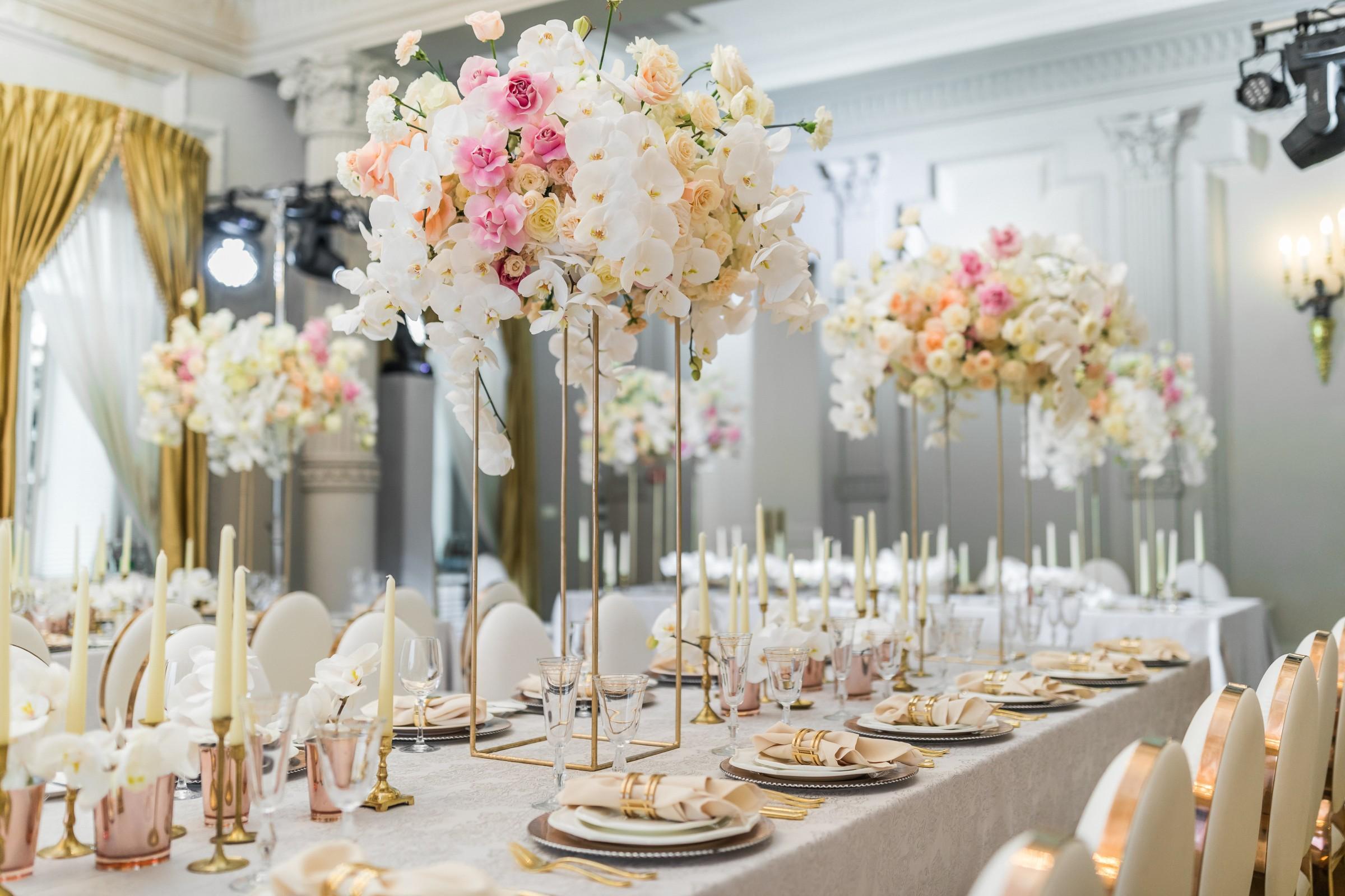 Décoration de table de mariage avec des orchidées
