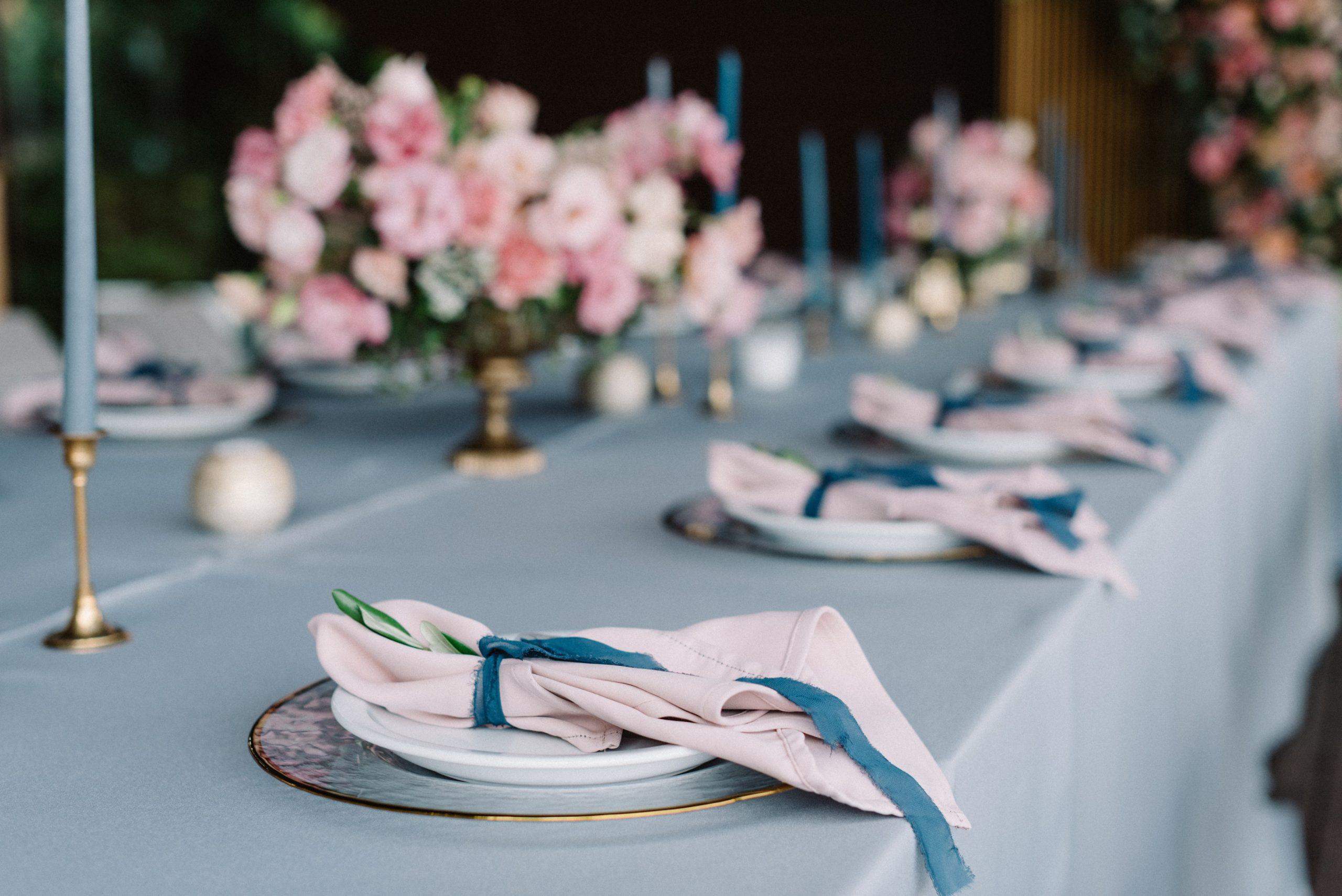 Décoration de table de mariage bleue et rose