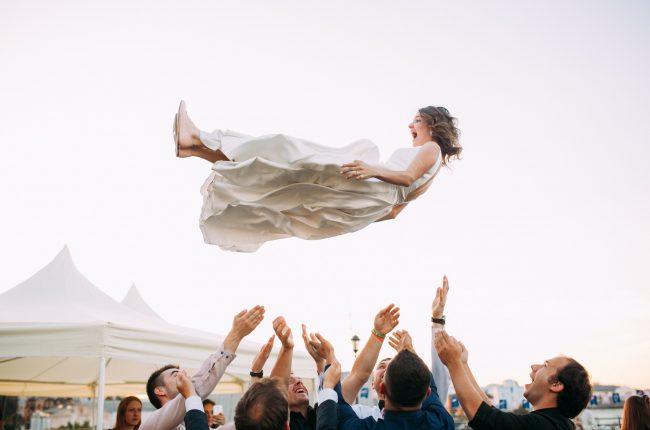 Mariée soulevée dans les airs