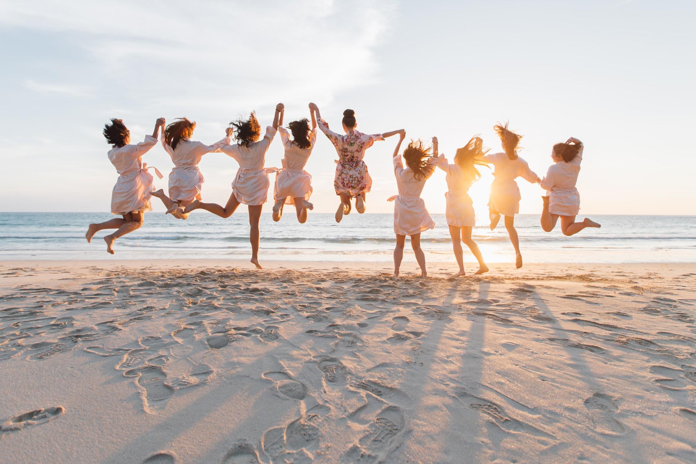 Mariée et ses demoiselles d'honneur qui sautent
